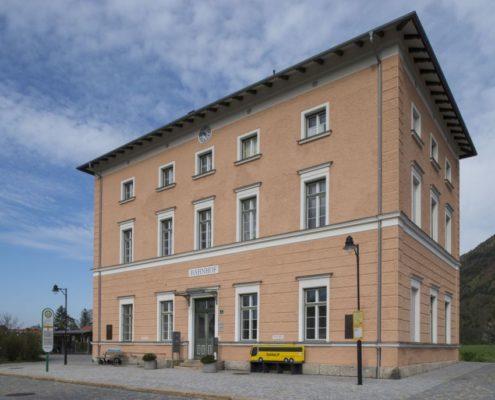 001 Fassade Aschauer Bahnhof Denkmalschutz (1)